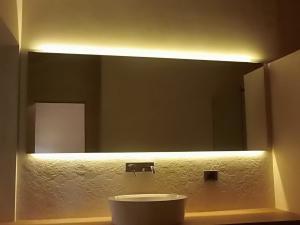Specchi con illuminazione led padova venezia treviso - Specchi bagno torino ...
